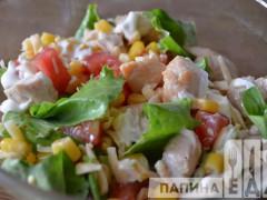 Салат с куриной грудкой, помидорами и сыром