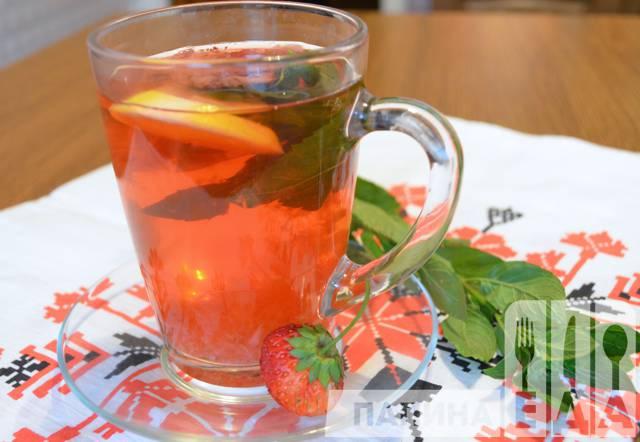 Чай с мятой и клубникой