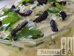 Слоеный салат с курицей и черносливом