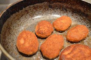 Жарить рыбные котлеты на хорошо разогретой сковороде