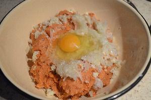 В лососевый фарш добавить яйцо и лук