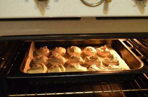 Выложить приготовленную массу для безе с помощью кондитерского мешка или порционной ложки