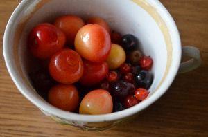 В отдельную чашку отложить самые красивые ягодки