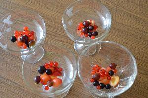 Разложить по креманкам или по чашкам ягоды