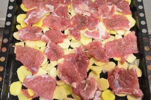Сверху на картофель выложить свинину
