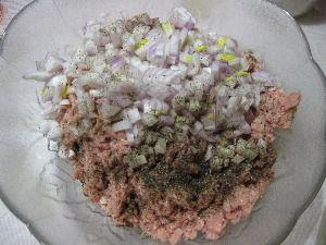 Нарезаем луковицу кубиками и добавляем в фарш
